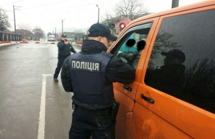 Неадекватний закарпатець на авто протягнув поліцейського кілька метрів