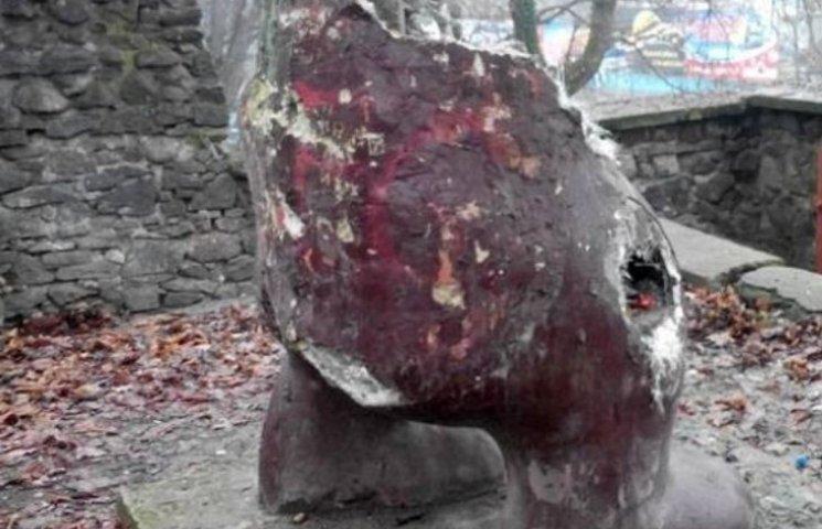 В Ужгороді вандали познущалися над ведмедем - знесли половину тулуба