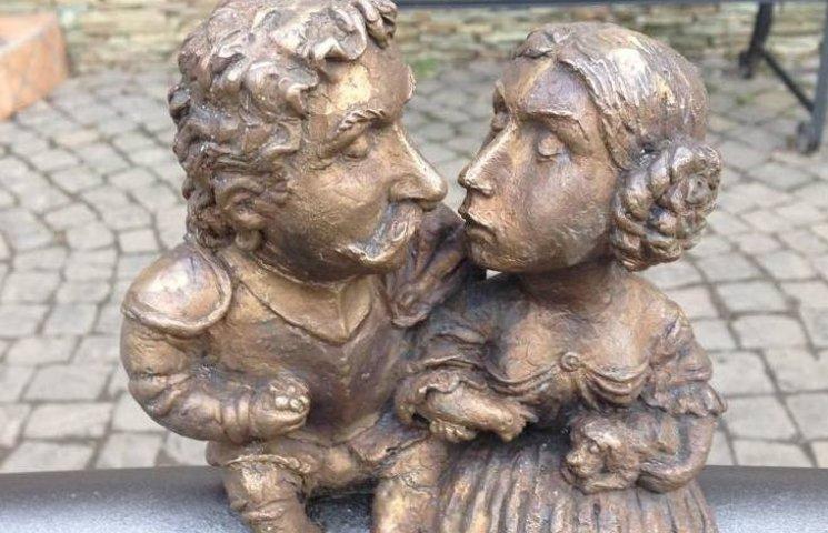 На набережній Ужгорода закохана пара сидить, не рухаючись, більше доби