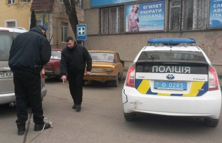 Ужгородські поліцейські проломили бампер службового авто