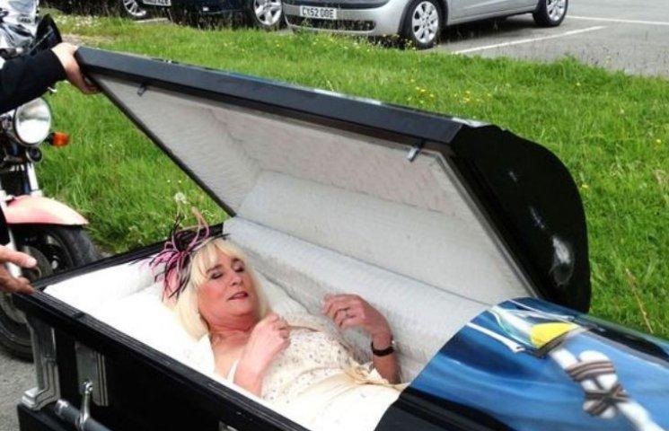Як не дуже молода наречена прибула на весілля у чорній труні