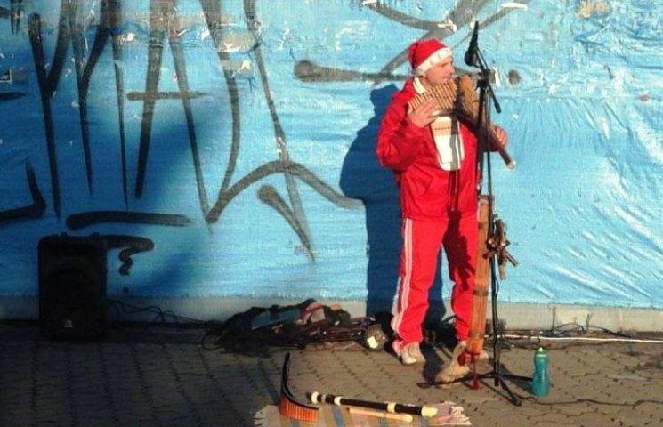 """Як в Ужгороді загадковий Миколай в """"адідасках"""" грає на екзотичних інструментах"""