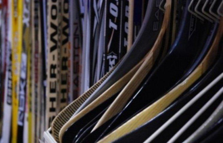 Закарпатець вкрав 23 хокейні клюшки по тисячу гривень кожна