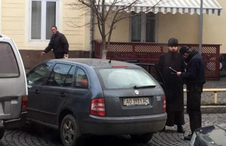 У центрі Мукачева згрішив священник - поліція помітила