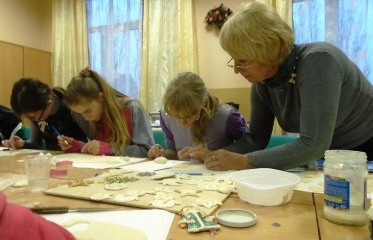 В Ужгороді особливі діти ліпили прикраси із солоного тіста