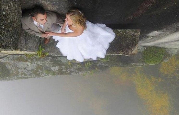 Як виглядає весільна фотосесія на шалено високій скелі
