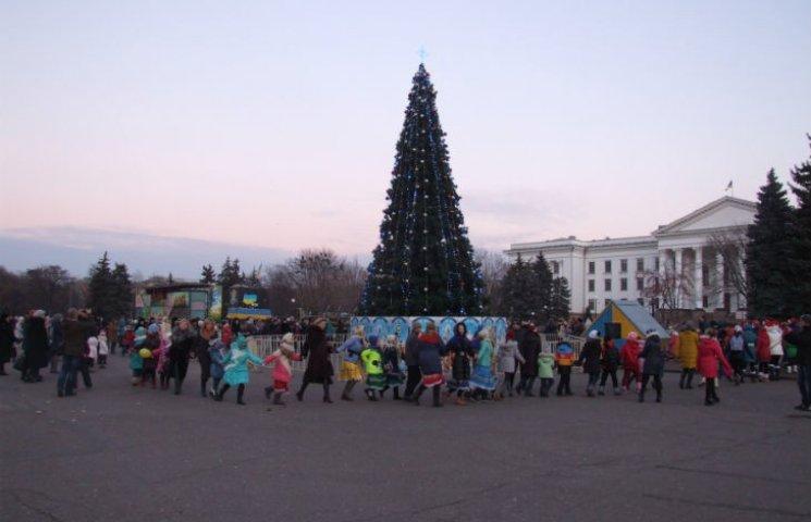 У столиці Донеччини відкрили ялинку раніше, ніж головну у Києві (ФОТО)