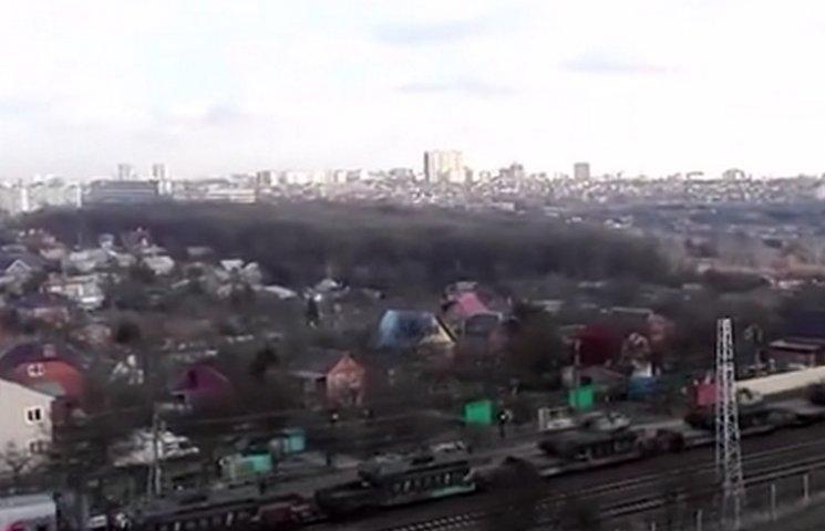 Вантажний потяг з танками їде до українського кордону зі сторони Ростова (ВІДЕО)