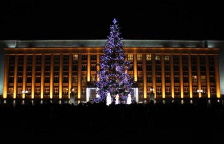 До свята готові: У містах Закарпаття засяяли новорічні ялинки