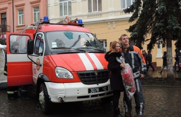 Закарпатець привселюдно освідчився коханій з пожежної машини