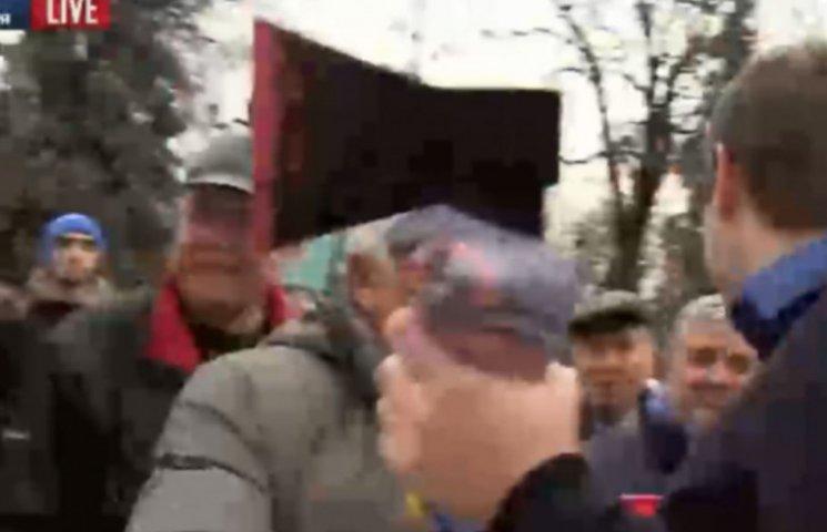 Парасюк взял топор у митингующего под Радой (ФОТО)