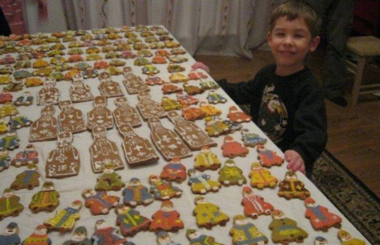 Закарпатські діти напекли святкове печиво для військових