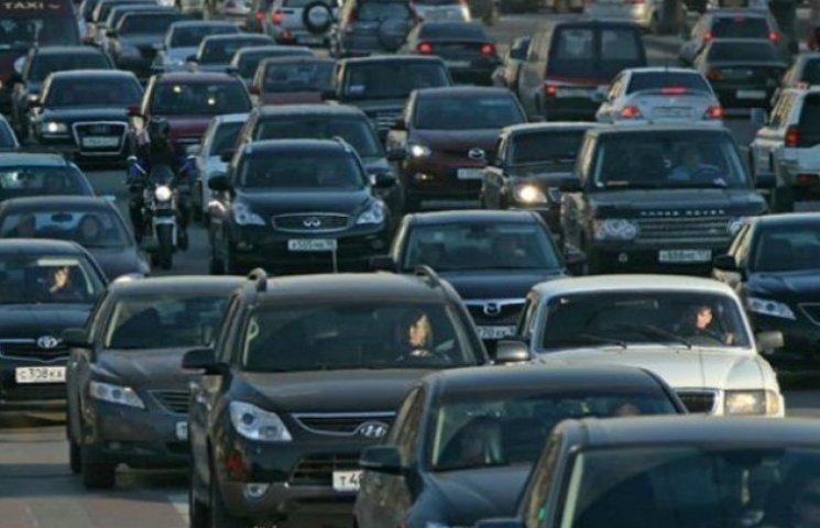 Столичні водії застрягли у багатокілометровому заторі