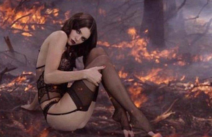 Соблазнительная сестра Кардашьан в откровенном белье снялась в горячем видео