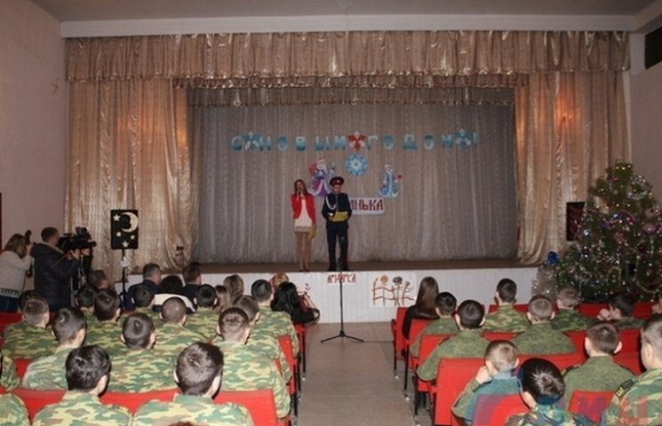 """Юні терористи """"ЛНР"""" вдягли шаровари перед ватажками (ФОТО)"""