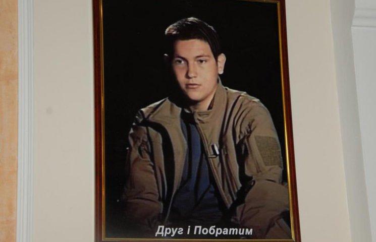 Голова Сумської облради повісив у робочому кабінеті портрет загиблого кіборга