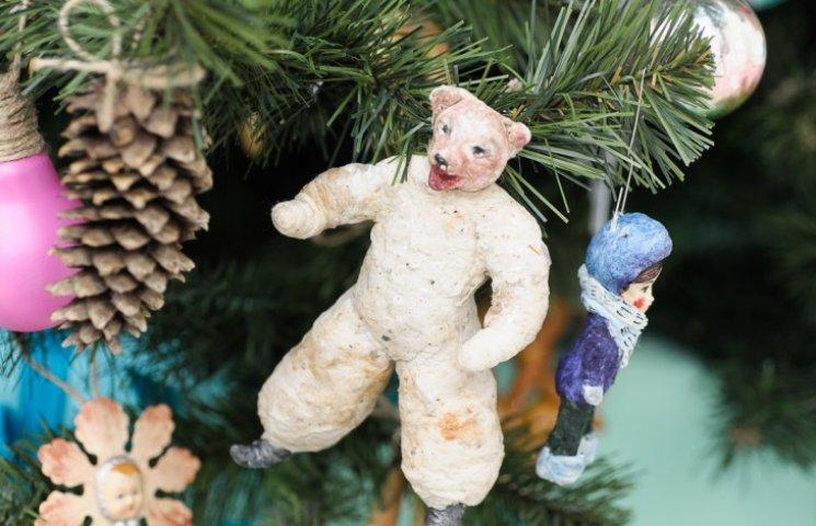 Як виглядає ялинка, яка розповідає всю історію новорічних іграшок