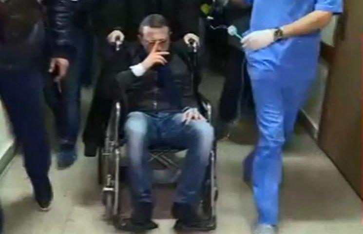 Корбана на візку везуть до суду прямо з лікарні
