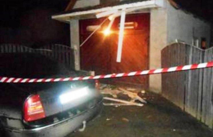На Закарпатті хулігани кинули вибухівку на подвір'я житлового будинку