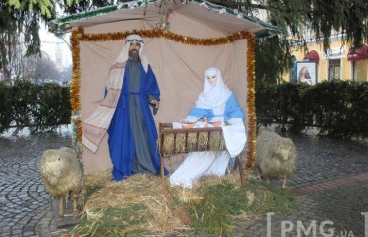 У Мукачеві під головною ялинкою встановили різдвяну шопку