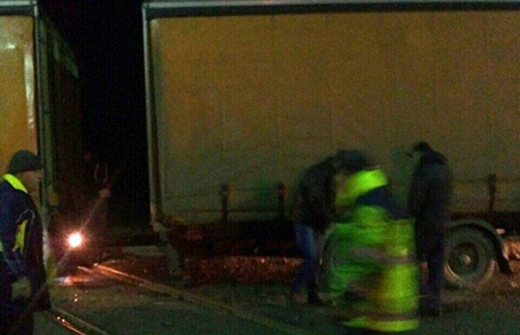 На Закарпатті на залізничному переїзді перекинувся причіп вантажівки з алкоголем
