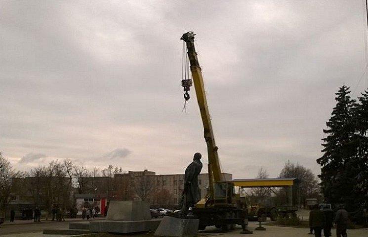 На Запорожье наконец-то снесли упрямого Ленина. Он отомстил - оборвал трос