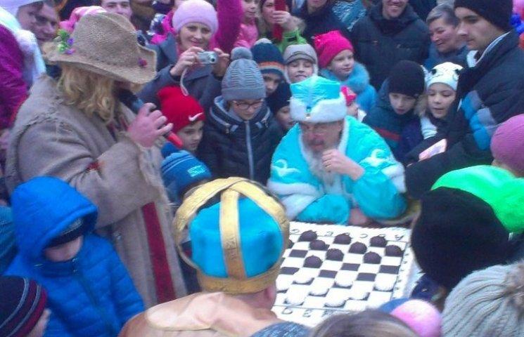 Вінницький Дід Мороз пограв в солодкі шашки зі Святим Миколаєм