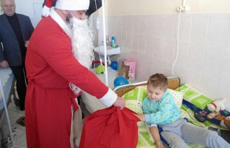 Пацієнти Закарпатської обласної лікарні отримали новорічні подарунки