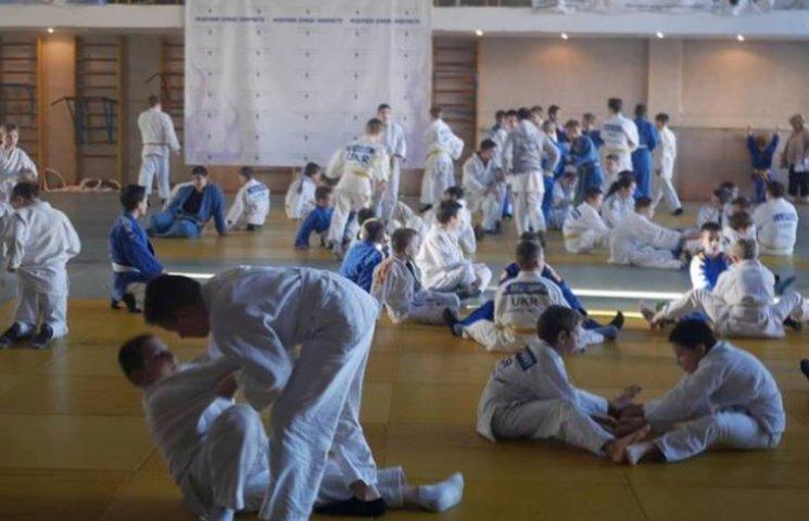 В Ужгороді на міжнародному турнірі з дзюдо змагаються за Кубок Діда Мороза