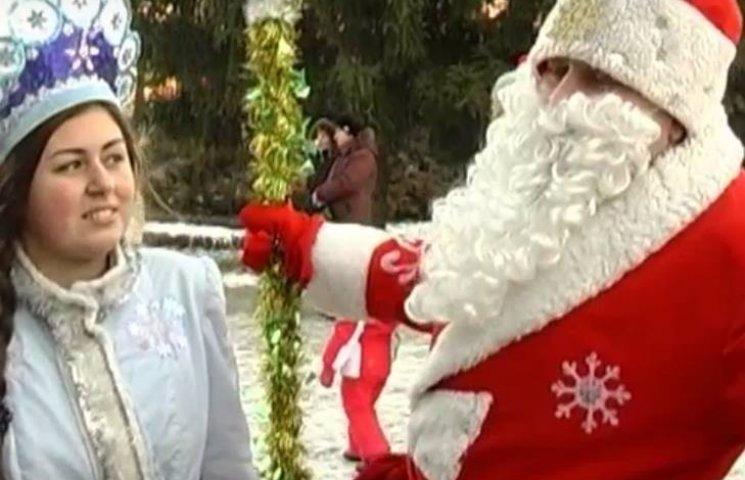 """На сумському """"Дід Мороз-параді"""" роздавали червоні ковпачки"""