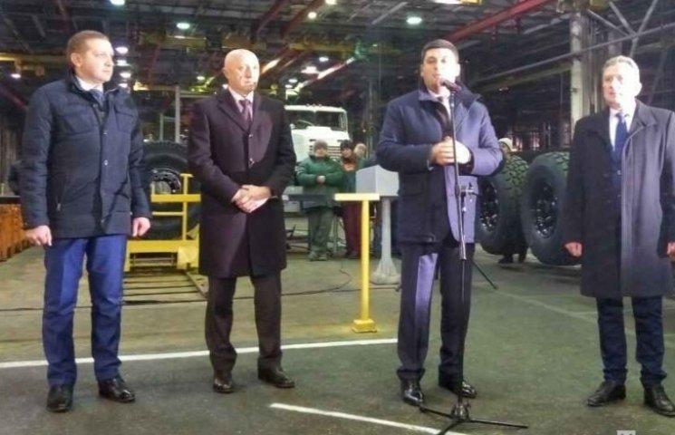 """У Кременчуці Володимиру Гройсману подарували броньовану автівку """"Шрек"""""""
