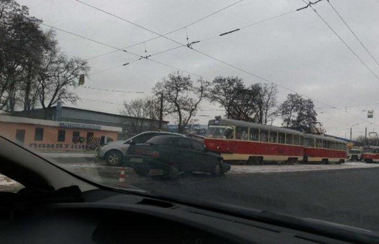 У Дніпрі на трамвайній колії зіткнулися легковики: є постраждала