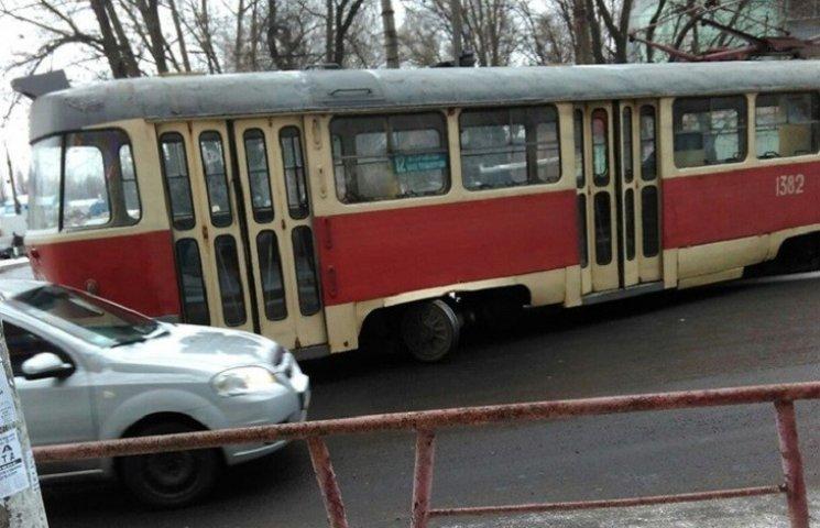 В Днепре трамвай сошел с рельсов и чуть не загреб автомобили
