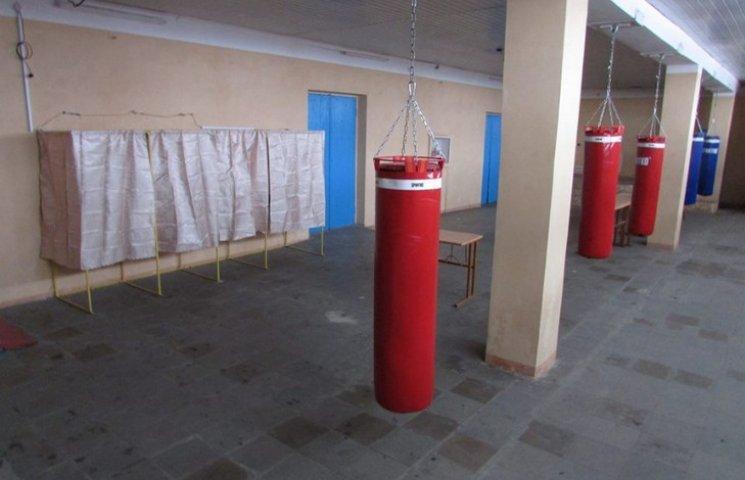 """На Дніпропетровщині встановили """"боксерські"""" кабінки для голосування"""
