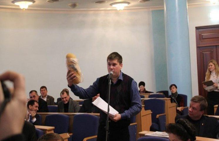"""Депутат Вінницької облради під час сесії подарував своєму колезі-""""свободівцю"""" батон"""