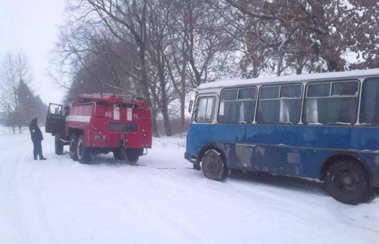 На Вінниччині рейсовий автобус потрапив у с снігову пастку