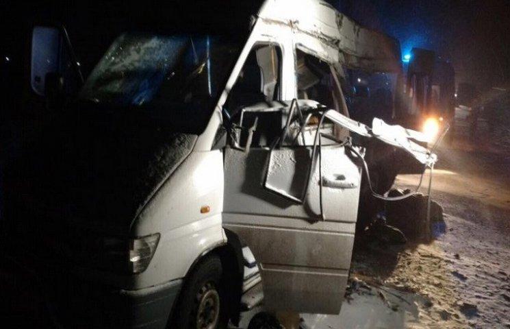 Возле Днипра маршрутка попала в ДТП: пятеро погибших