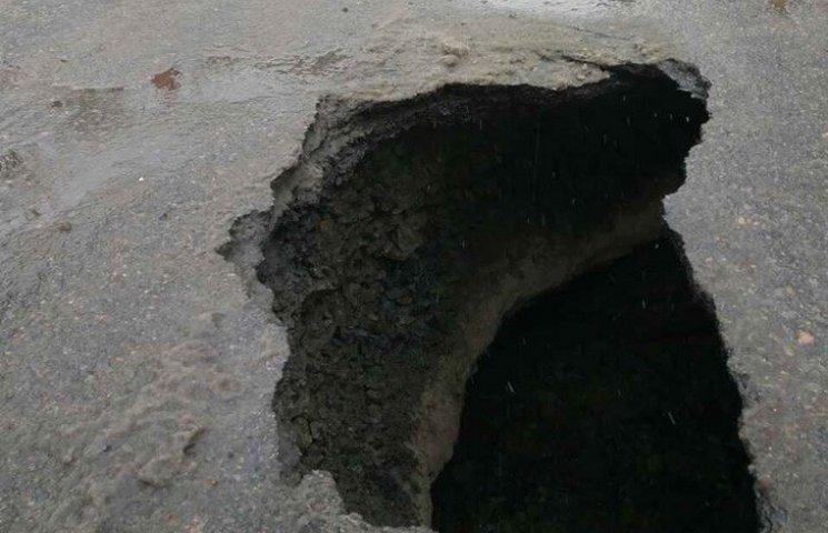 В центре Днипра на дороге образовался провал