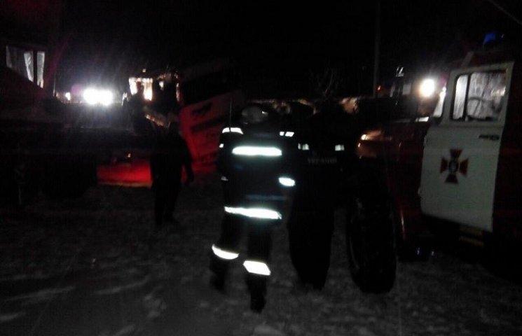 Як поблизу Дніпра рятувальники краном піднімали автобус після страшної ДТП