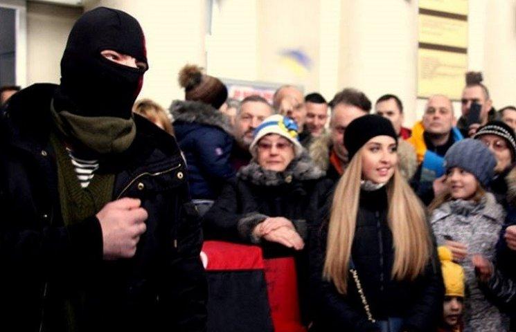 Сотні дніпрян заспівали на вокзалі гімн України і патріотичні пісні