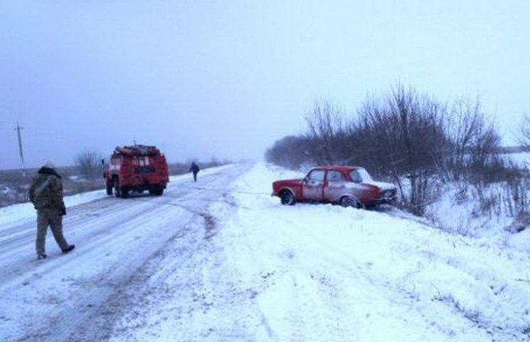 На Днепропетровщине в снежных заносах застряли грузовики и школьный автобус