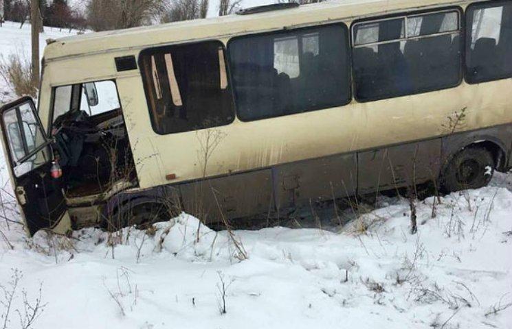 В Полтавской области автобус столкнулся с грузовиком и вылетел в кювет