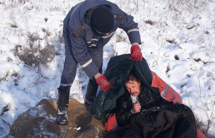 """На Дніпропетровщині жінка замерзла насмерть після """"купання"""" у невеличкому струмку"""
