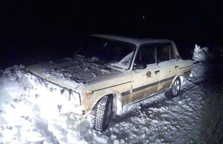На Полтавщині злодій викрав автівку, але тікаючи застряг у сніговому заметі