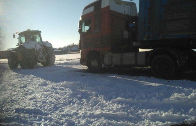 На Дніпропетровщині маленьке містечко замело снігом