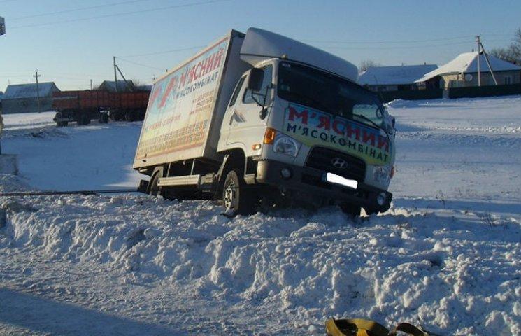 На полтавских дорогах спасатели продолжают доставать машины из кюветов