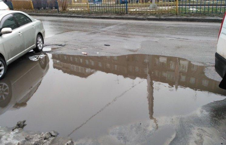 В Днипре провал в центре города спрятали под песком