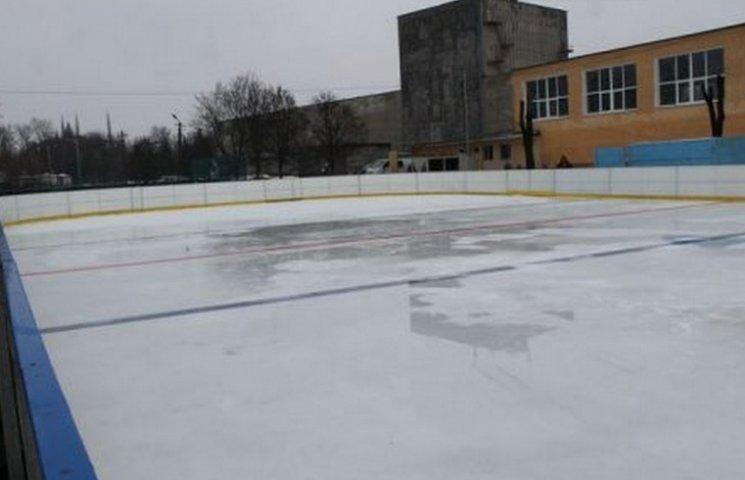 В столице Западного Донбасса к новогодним праздникам открыли ледовый каток
