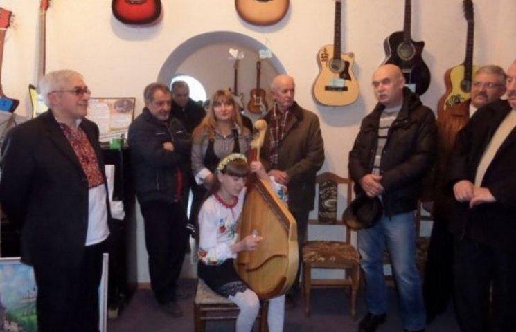 Двоє братів з прикордонного міста збирають гітари