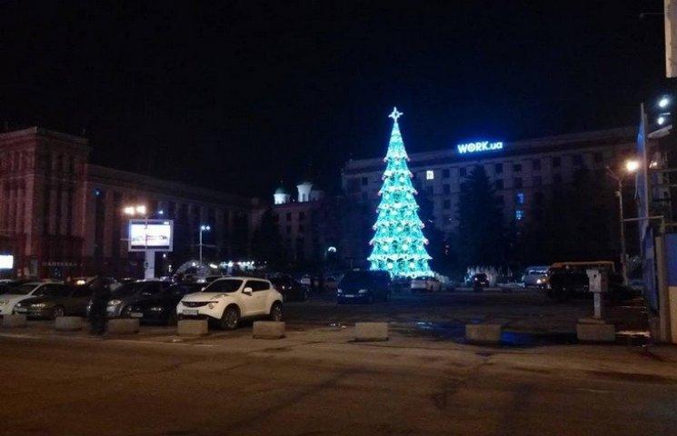 На головній площі Дніпра монтують новорічну інсталяцію